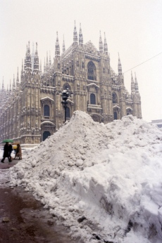 Snowdrifts in piazza Duomo. One hundred and forty million cubic meters of snow fell in the city between Sunday 13th and Wednesday 16th January and caused major disruptions. Milan, January 1985